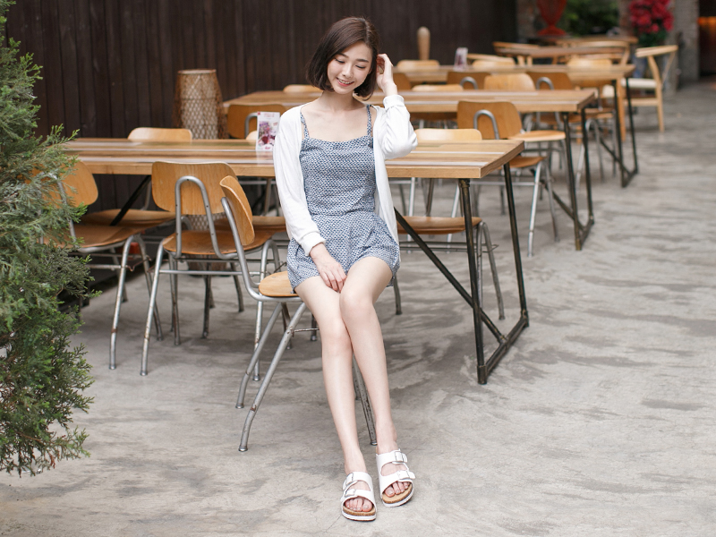 平底涼鞋加上小洋裝的渡假風穿搭