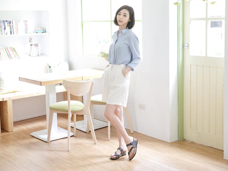 清新素雅的襯衫配上寬褲以及平底涼鞋,文青感十足!