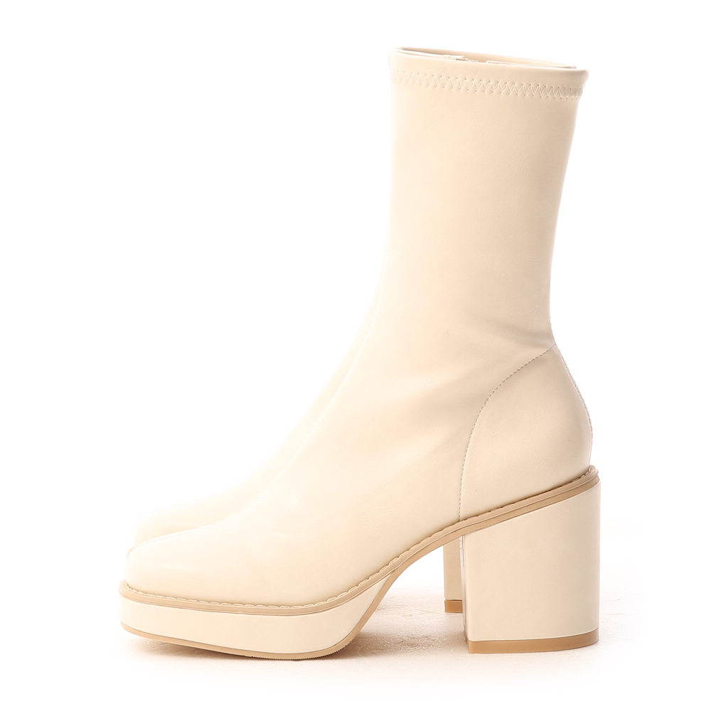 超模氣場.加厚水台素面方頭短靴 香草米白