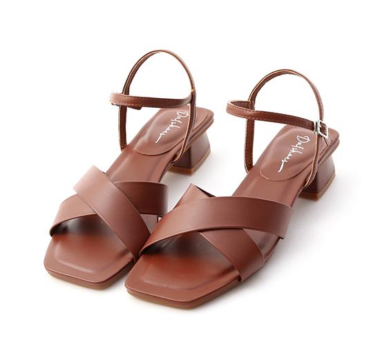 優雅俐落.寬版交叉方頭低跟涼鞋 復古咖