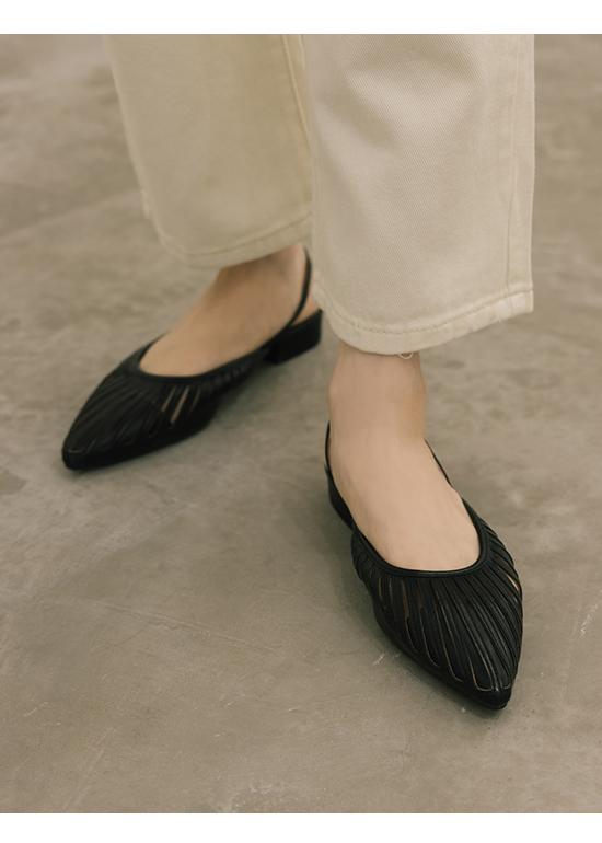 人見人愛.花形鏤空尖頭後空鞋 時尚黑